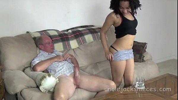 Vovô americano tirando carência da netinha no video xnxx