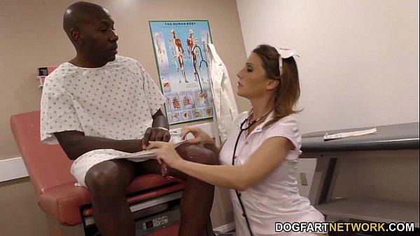 Beeg negão chupado por essa enfermeira bem gostosa