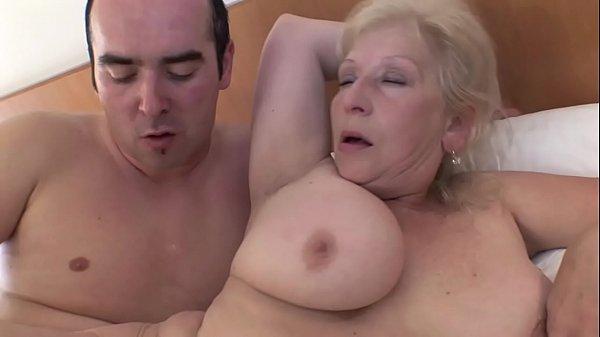 Filme gorda coroa mãe dando ao jovem safado metedor