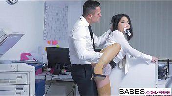 Patrão socando na buceta da secretária no escritório