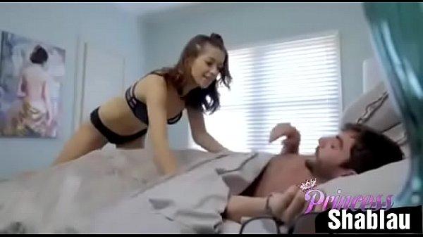 Safado acorda com carinho da prima novinha em xvideos