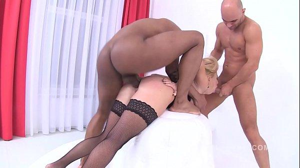 Super porno bunduda transando com três avantajados