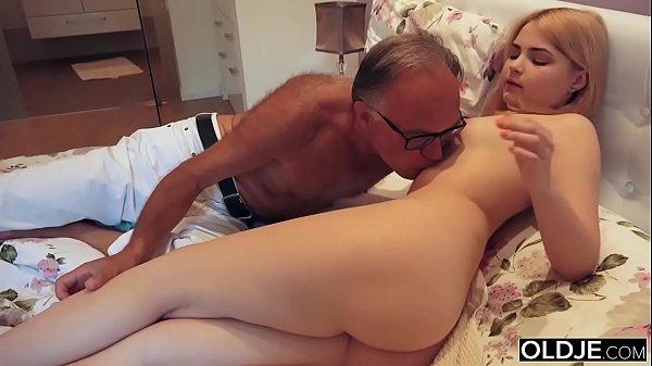 Fiz 18 aninhos e comemorei sexo com vovô pervertido