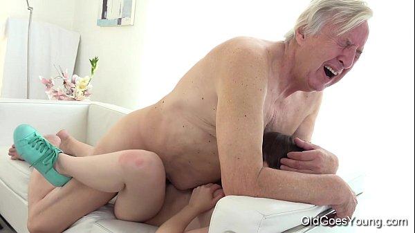 Homem velho comendo buceta novinha no video de sexo